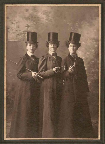 Trio avec cannes.jpg
